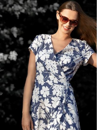 Modny fason sukienki kopertowej w kwiaty sukienka na letnie wesele i wakacje Bee Collection Ni