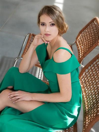 Zielona sukienka wieczorowa, długa na wesele z pęknięciem Bee Collection Kasjana