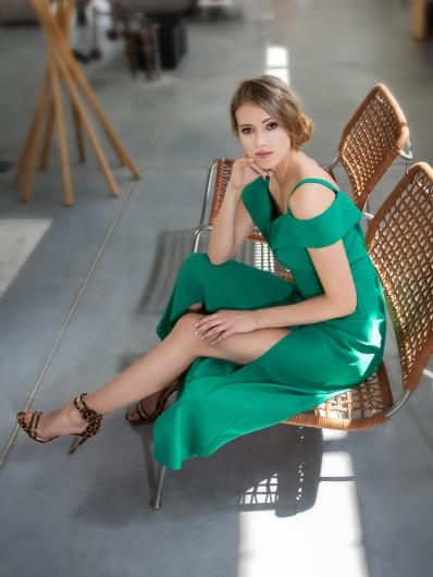 Długa zielona sukienka weselna dla druhny i gościa Bee Collection Kasjana
