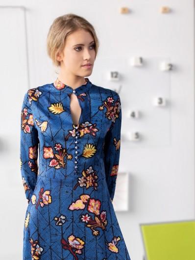 Modna sukienka z dekoltem na stójce i zapinana na małe guziczki, kobaltowa w kwiaty Bee Collection Kinga
