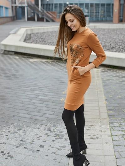Sukienka w stylu casual wpisująca się w ideologię slowfashion z rudej miękkiej dzianiny midi Bee Collection Tiger