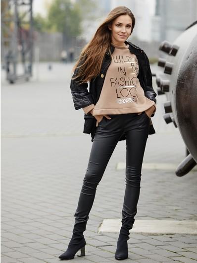 Modna, nowoczesna bluza z dzianiny camelowy beż z nadrukiem Bee Collection Friend