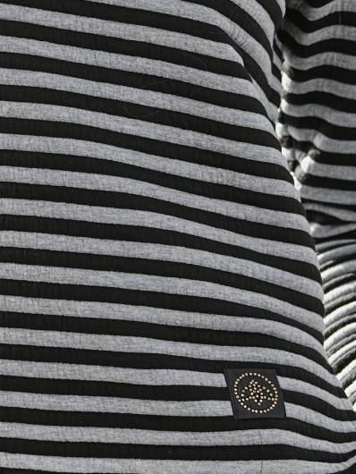 Oryginalne ozdoby dodające elegancji w sportowym prostym fasonie bluzy Bee Collection Sparta