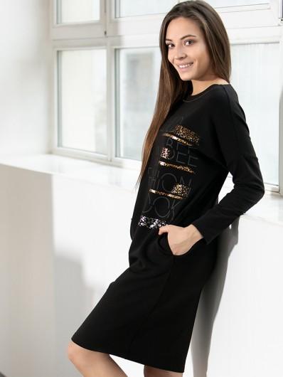 Czarna sukienka do kolan, wygodna z dzianiny z autorskim nadrukiem i kieszeniami Bee Collection Pema