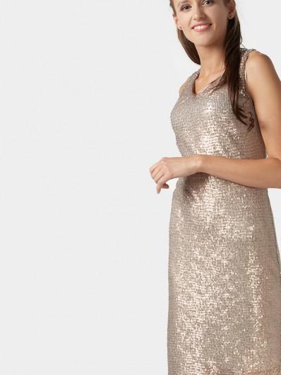 Sukienki cekinowe to najmodniejszy fason, prosta, ołówkowa w kolorze nude Bee Collection