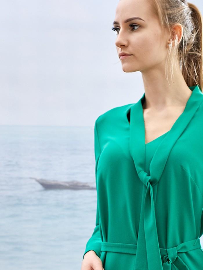 Zielona, koktajlowa sukienka midi z rękawem wiązana pod szyją Bee  Collection