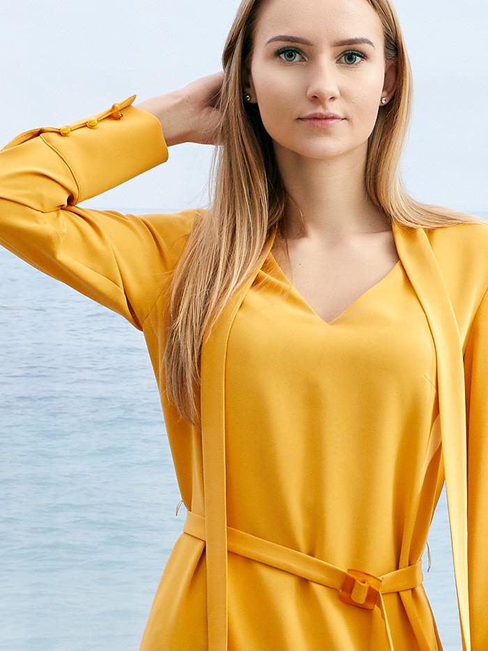 Minimalistyczna elegancka sukienka koktajlowa w żółtym modnym odcieniu Bee Collection