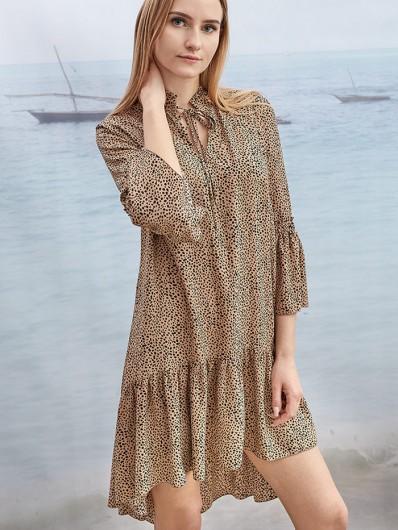 Modny fason, elegancja w nowoczesnym wydaniu,  luźna sukienka trapezowa z falbanami Bee Collection Sahara