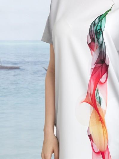 Oryginalny, autorski druk sukienki w intensywnej kolorystyce, pięknie współgra z całością Bee Collection Dym