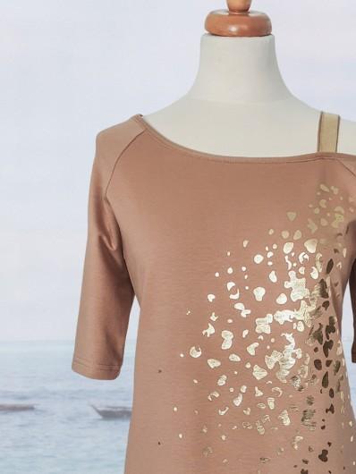Prosty, ołówkowy fason sukienki dzianinowej z eleganckim złotym drukiem, i rękawem 3/4 Bee Collection Ronya