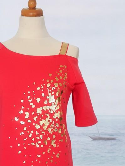 Nietuzinkowy model czerwonej sukienki ze złotym nadrukiem w nowoczesnym stylu Bee Collection Ronya