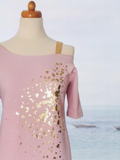 Prosta różowa sukienka dzianinowa ze złotym nadrukiem do kolan Bee Collection Ronya