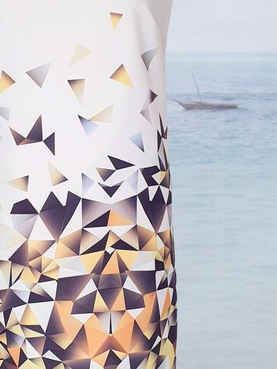 Sukienka tuszująca trapezowa, nadruk geometryczny na białym tle  żółte trójkąty, midi Bee Collection Ilona