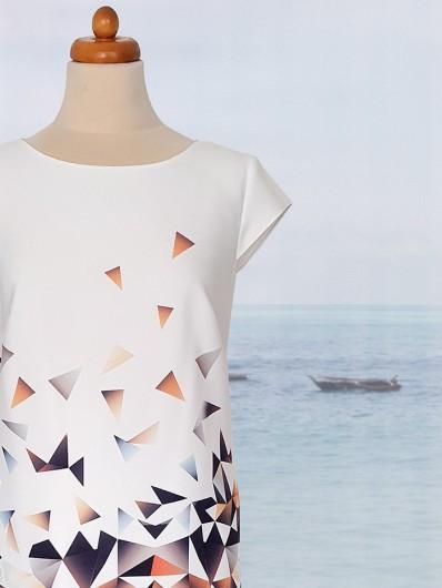Sukienka koktajlowa na wiele okazji z okrągłym dekoltem, tuszująca w abstrakcyjny wzór Bee Collection Ilona
