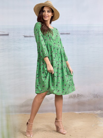 Dziewczęcy, modny fason sukienki boho w zielonym kolorze, tuszująca Bee Collection Weronika