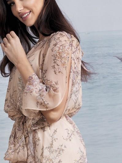 Sukienka z rękawem i pęknięciem z szyfonu nude morelowy odcień w kwiaty Bee Collection Czad