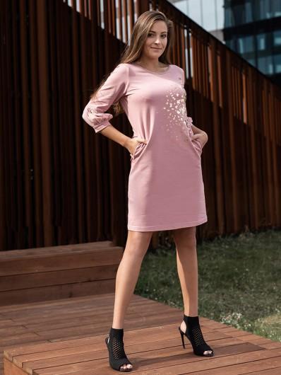 Sukienka na spotkania biznesowe, towarzyskie czy rodzinne, sukienka w  pudrowym różu i ze złotym nadrukiem Bee Collection Ebbia