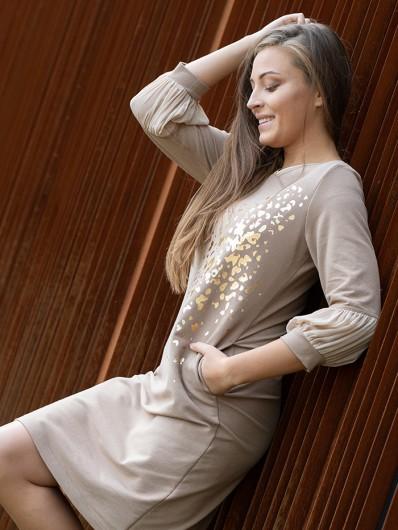 Elegancja w nowoczesnym wydaniu, klasyczna sukienka ze złotym nadrukiem i rękawem 3/4 Bee Collection Ebbia