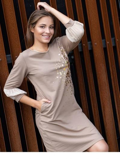 Luz, swoboda i szczypta elegancji, sukienka z dzianiny z marszczonymi rękawami, beżowa cappuccino Bee Collection Ebbia
