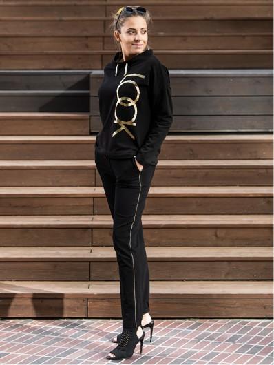 Prosta, pudełkowa czarna bluza z eleganckimi złotymi elementami druku, na stójce Bee Collection Look