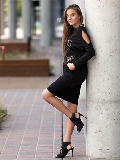Sukienka czarna w nowoczesnym wydaniu luźnej tuby, do kolan, midi Bee Collection Margo