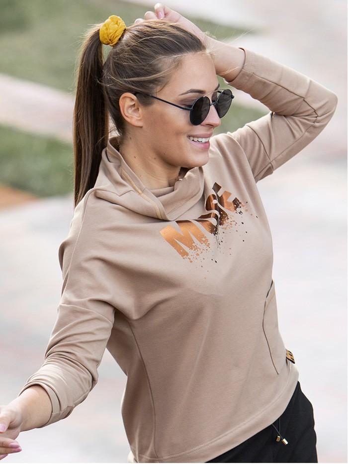 Bluza w stylu sportowej elegancji w modnym kolorze karmelu i miedzianym nadrukiem Bee Collection Muse