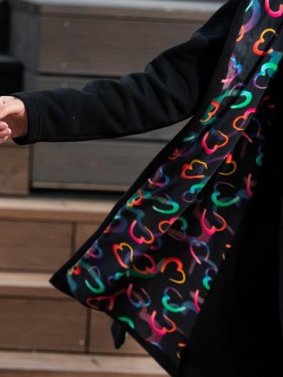 Czarny szlafrokowy płaszcz z oryginalną kolorową podszewką z bawełny, z kapturem Bee Collection Como