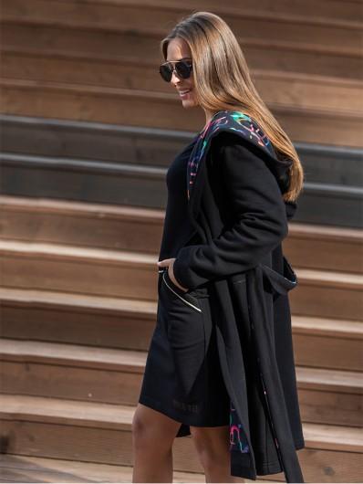 Stylowy, wyróżniający czarny płaszcz oversize z kolorowa podszewką, z kapturem Bee Collection  Como