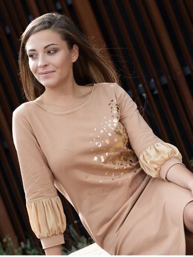 Wygodna, camelowa sukienka w stylu sportowej elegancji z ozdobnym nadrukiem Bee Collection Ebbia