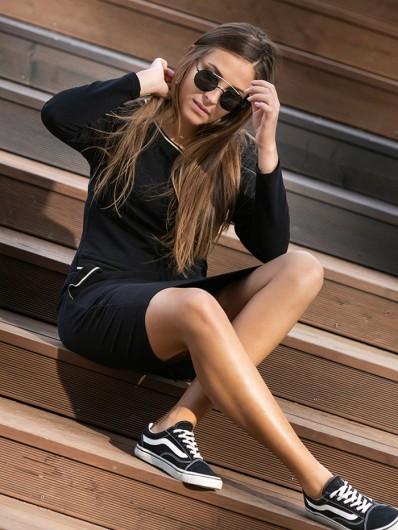 Sukienka w sportowym stylu z nutą elegancji, czarna, dekolt w szpic z długim rękawem Bee Collection Luda