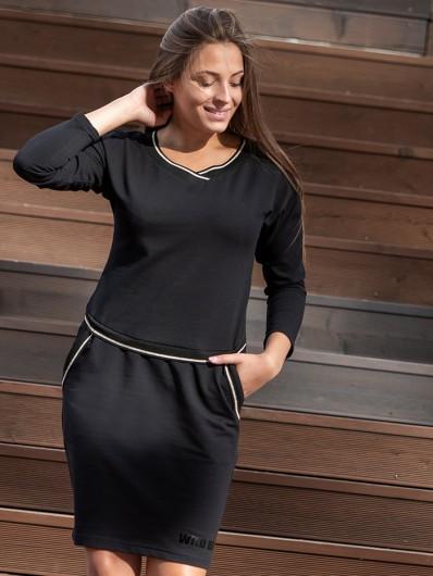 Czarna sukienka w stylu sporty chic i klasycznym, szykownym wyglądem z kieszeniami Bee Collection Luda
