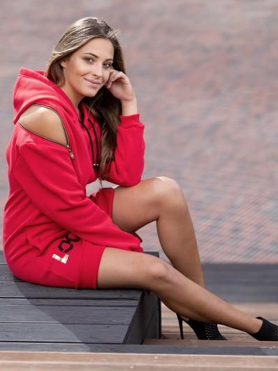 Modna, czerwona sukienka ze złotymi suwakami i autorskim nadrukiem Bee Collection Transit