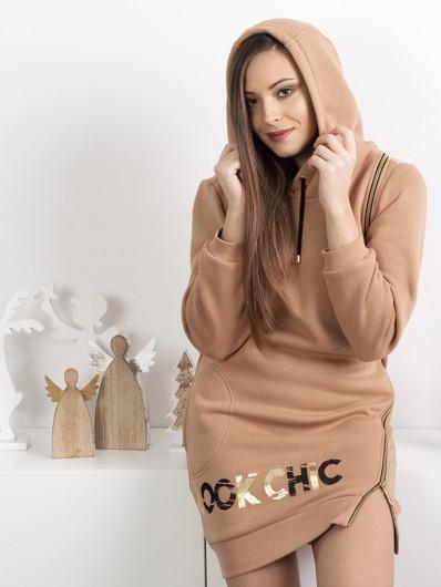 Sukienka z dzianiny, wygodna, camelowa uwodzi złotymi suwakami i nadrukiem Bee Collection Transit