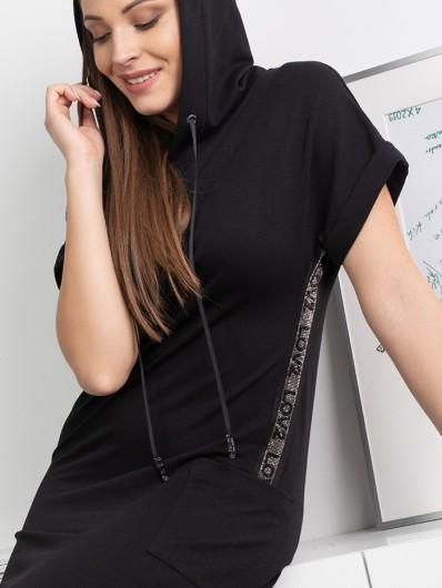 Czarna sukienka z kapturem z naszywaną taśmą dżetową , długa trapezowa Bee Collection Luxia