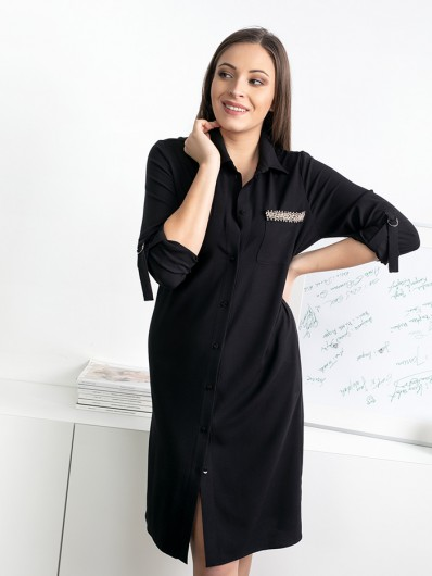 Codzienność miesza się z wizyta, czarna koszulowa sukienka i ozdobna biżuteria na kieszeni Bee Collection Hortess