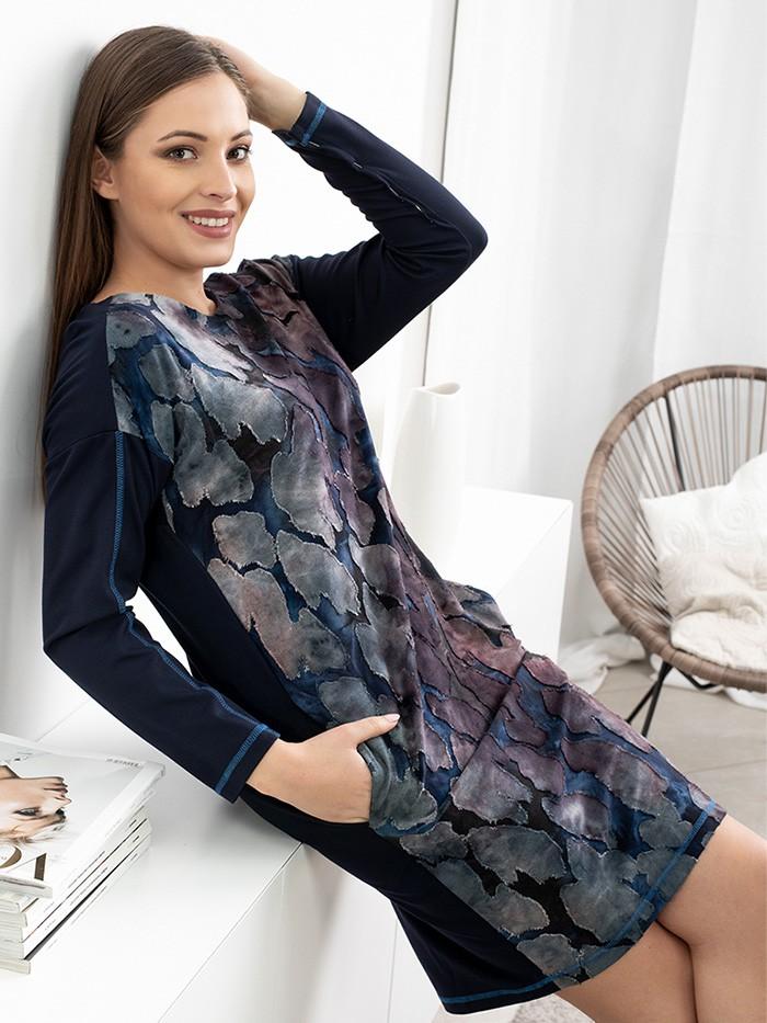 Połączenie stylu casual z nowoczesnym designem, luźna, tuszująca sukienka z tkaniny devore Bee Collection OC