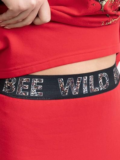 Czerwona maxi spódnica wykończona gumą w talii z autorskim nadrukiem Bee Collection Maxi