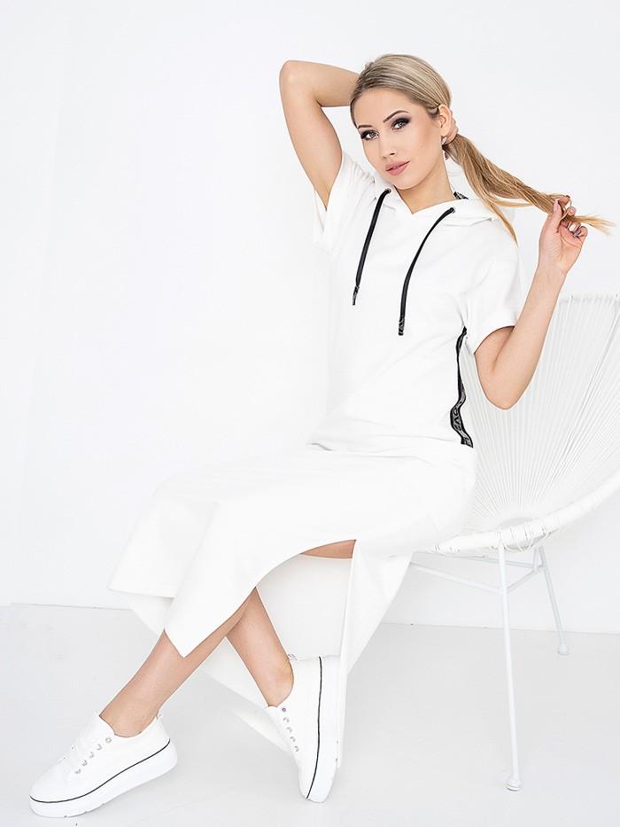 Sukienka biała w stylu sportowej elegancji, do kostek z kapturem i lampasem Bee Collection Luxia