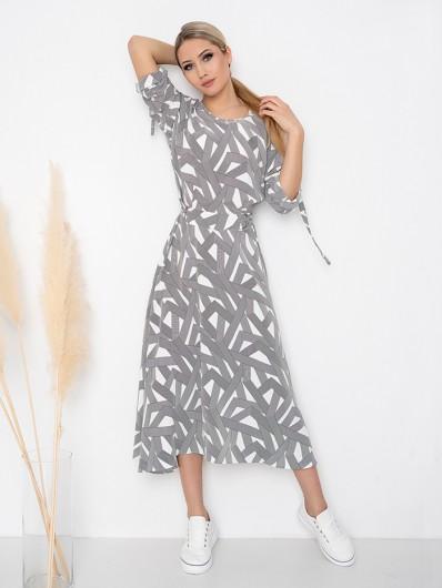 Długa sukienka w biało czarne geometryczne wzory, rozkloszowana, tuszująca z asymetrycznym dołem Bee Collection Music