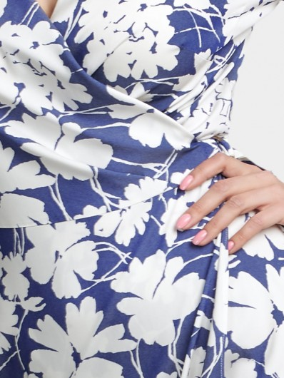 Sukienka zakładana kopertowo z modnym wiązaniem w pasie Bee Collection