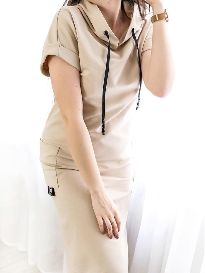 Długa sukienka z kapturem w beżowym kolorze Bee Collection z rękawem Luxia