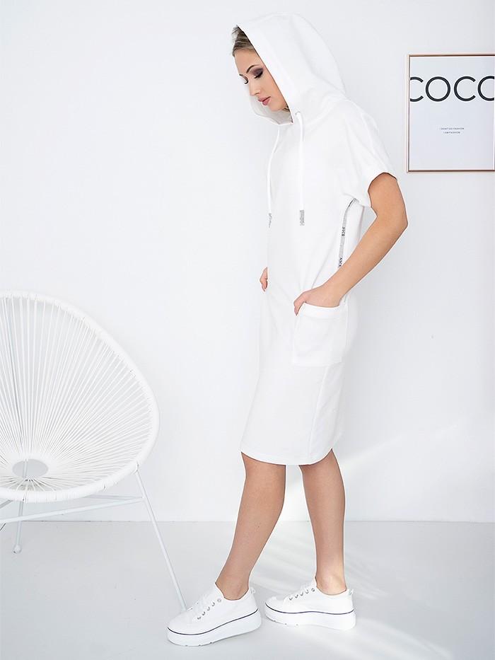 Wygodna, sportowa sukienka z białej dzianiny z kapturem Bee Collection Luxi